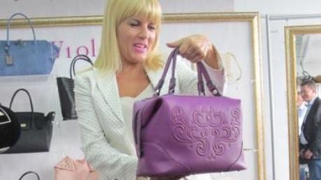 FABULOS! Ce conţine bagajul Elenei Udrea din arest: chiloţi, lighean...