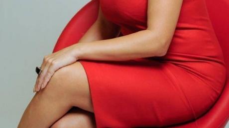 Ce a văzut Adriana Săftoiu în birou la Băsescu: Ea, îmbrăcată în roşu, cu o fustă mini provocatoare, atârnând de biroul lui