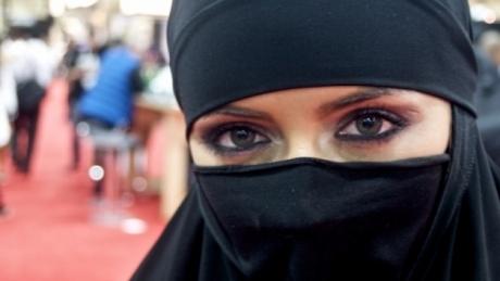 Această femeie şi-a ţinut chipul ascuns timp de 19 ANI. Ce s-a întâmplat când şi-a dat vălul jos