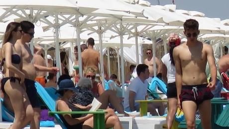 Turiştii din Mamaia au crezut că nu văd bine! Cine a apărut lângă ei pe plajă