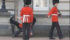 Un soldat din Garda Reginei a alunecat şi a căzut