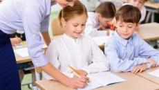 Mai mult de jumătate din părinţi îşi doresc ca şcoală să înceapă în sistem clasic