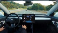 Tehnologia Autopilot pe vehiculele autonome controlează mişcările maşinii